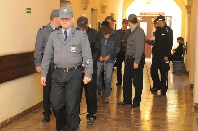 Oskarżeni o morderstwo przy ulicy Dworcowej w Bydgoszczy wnioskują o uchylenie im aresztu. Sąd systematycznie odmawia.