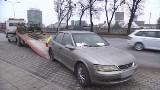 Mandaty. Ponad 160 mandatów za wycieraczką Opla. Auto stało na ulicy blisko 1,5 roku (video)