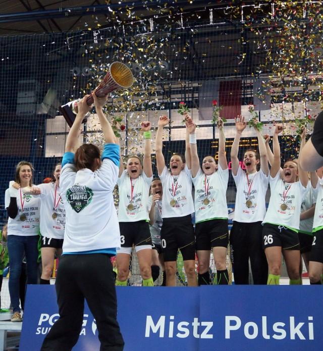 Weronika Gawlik, bramkarka i kapitan MKS Selgros Lublin odbiera puchar za mistrzostwo Polski.
