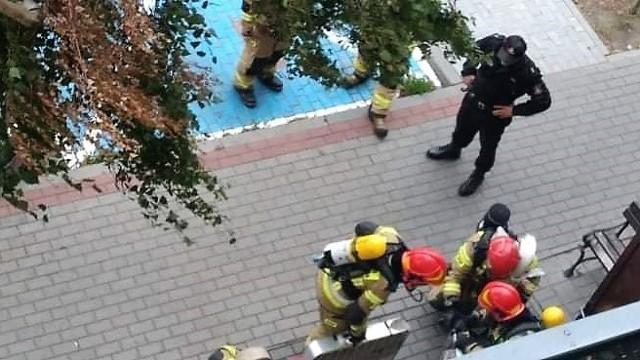 Straż pożarna ćwiczyła na terenie osiedla Rąbin w Inowrocławiu, m. in. możliwość dojazdu pod wieżowiec i rozwinięcia sprzętu
