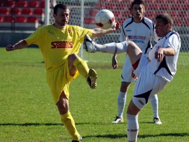 Na boisku w Przemyślu padł wynik 3-0 dla Czuwaju, ale ekipie miejscowych nie miał prawa zagrać trener Marek Rybkiewicz.