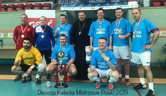 Księża z diecezji kieleckiej w pięknym stylu zostali mistrzami Polski w halowej piłce nożnej. Po ten tytuł sięgnęli w Kołobrzegu.