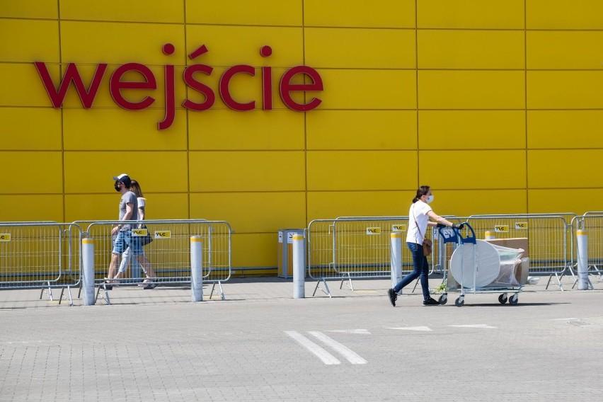 Klienci bez maseczek planują najazd na IKEA. Czy sklep może ich wyprosić? Przepisy są wadliwe – uważa rzecznik praw obywatelskich