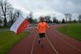 Pobiegli dla biało-czerwonej. Mieszkańcy przez cały dzień z flagą okrążali stadion w Sulechowie