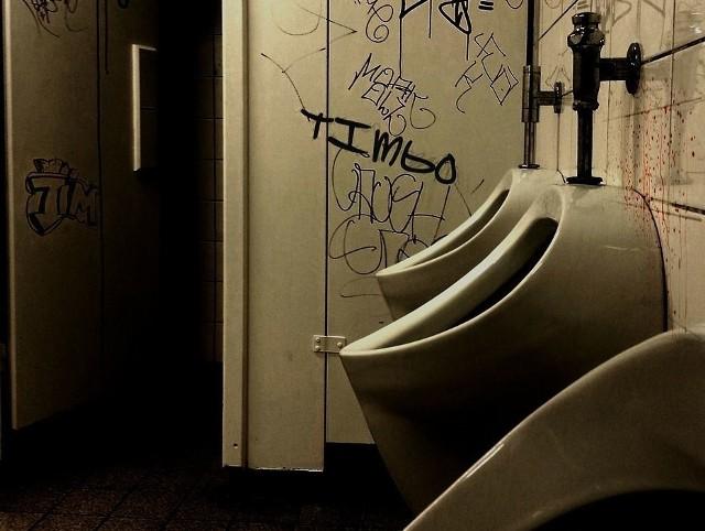 Pijany złodziej zasnął w hostelowej toalecie