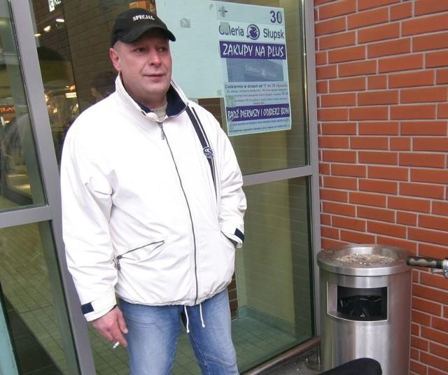 Pan Marek, klient Galerii Słupsk, może spokojnie zgasić papierosa w śmietniku przed wejściem do galerii.