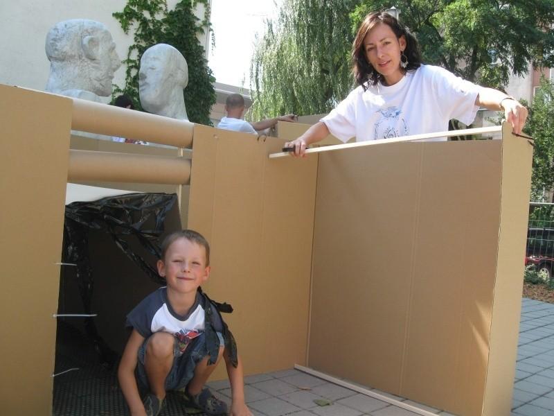 5-letni Adam Kuźniak z mamą w trakcie budowania sypialni.