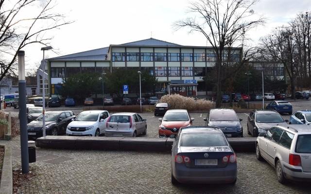 W skardze skierowanej do prezydenta Opola sygnatariusze wskazują na to, że Toropol nie ma odpowiedniej infrastruktury, jest tam za mały parking, a dojazd często zakorkowaną ulicą Piastowską będzie utrudniony.