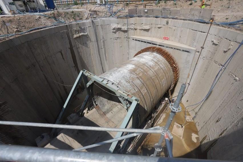 Katarzyna wykonała jak dotąd około 25 m tunelu. Na czole...