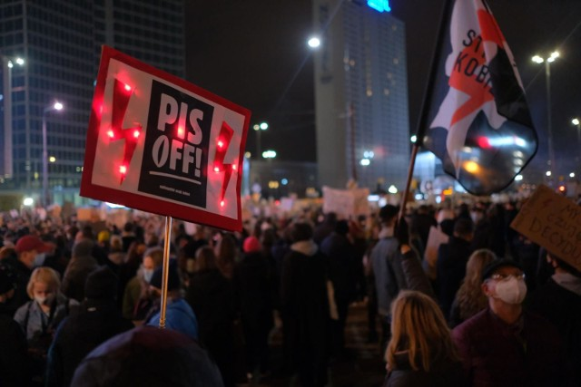 Wyrok TK wywołał wielodniowe i trwające do dziś protesty przeciwko niemal całkowitemu zakazowi aborcji.