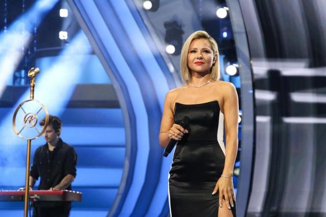 """Anna Karwan zdobyła popularność dzięki udziałowi w VII edycji programu """"The Voice of Poland"""", która emitowana była w 2016 r. Teraz z powodzeniem też występuje w programie """"Taniec z Gwiazdami"""".Wschodząca gwiazda polskiej sceny dotychczas ubierała się raczej zachowawczo, elegancko. Jednak w ostatnim czasie coraz częściej publikuje w sieci zdjęcia, na których pokazuje się w zupełnie innym, drapieżnym wydaniu. Zobaczcie zresztą sami...KLIKNIJ DALEJ"""