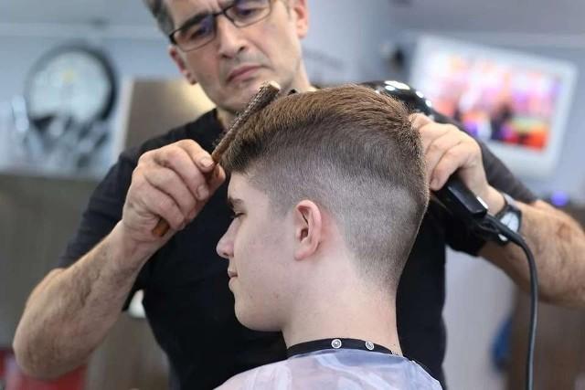 Propozycji na modne fryzury dla mężczyzn jest naprawdę wiele. A efekt, który można uzyskać za sprawą zmiany uczesania, robi naprawdę piorunujące wrażenie! Zobacz, jakie są najpopularniejsze fryzury męskie na początku 2021 roku.