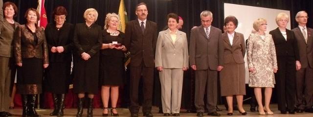 Osoby odznaczone na scenie w Ostrołęckim Centrum Kultury