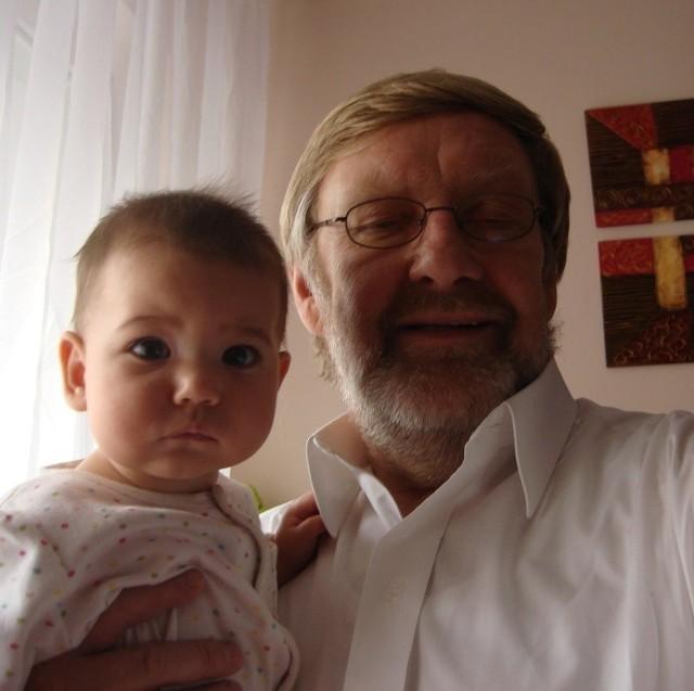Józef Golenia z Lilianką, córką Agaty Mróz, swoją przyszywaną wnuczką.