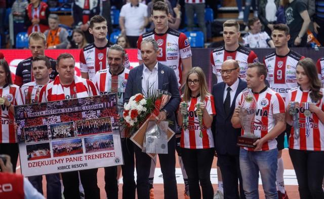 Asseco Resovia bez Andrzeja Kowala w roli trenera wytrzymała niespełna osiem miesięcy. Na zdjęciu kadr z pożegnania trenera przed kwietniowym meczem o 3. miejsce z Jastrzębskim Węglem.
