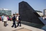Mężczyzna wszedł na pomnik smoleński podczas miesięcznicy. Krzyczał do Jarosława Kaczyńskiego