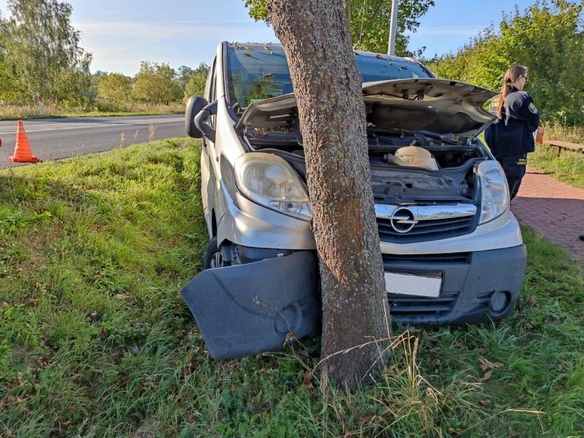 Mężczyzna zasłabł za kierownicą i uderzył w drzewo. Uratowali go funkcjonariusze ze Straży Gminnej w Czerwonaku.