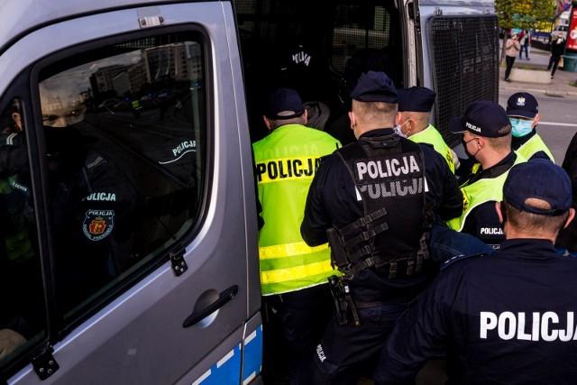 Mężczyzna został już zatrzymany przez policjantów. Zdjęcie ilustracyjne