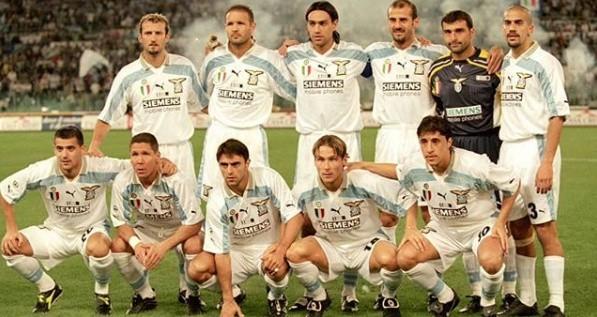 """- To był wówczas najlepszy zespół na świecie - przyznał Alex Ferguson, którego Manchester United przegrał (0:1) na inaugurację sezonu 1999/2000 mecz o Superpuchar Europy. Podopieczni Svena-Görana Erikssona poszli wówczas za ciosem, bo skończyli sezon z mistrzostwem (o które stoczyło zaciętą walkę z Juventusem) i Pucharem Włoch. Patrząc na ówczesny skład rzymian trudno oprzeć się wrażeniu, że z takim składem w dzisiejszych czasach mogliby - kolokwialnie mówiąc - pozamiatać każdy zespół w Europie. Sami zresztą zobaczcie...Uruchom galerię klikając w ikonę """"następne zdjęcie"""", strzałką w prawo na klawiaturze lub gestem na ekranie smartfonu"""