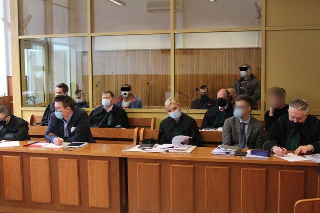 Za szybą tymczasowo aresztowani Robert S. i Rafał K. na procesie przed krakowskim sądem