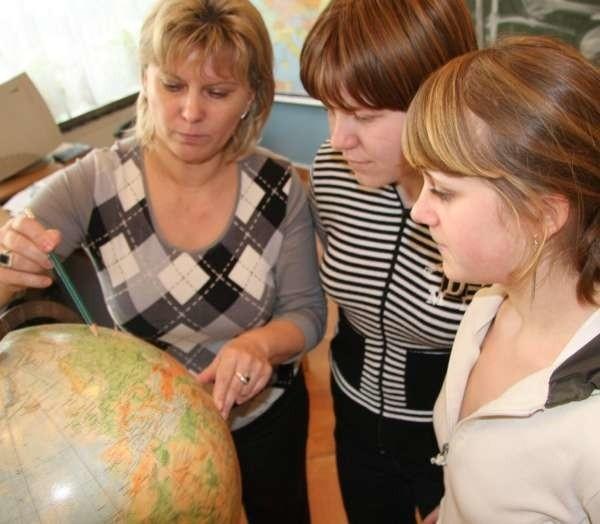 Nauczycielka Mariola Marynika pokazuje Oli i Ewelinie gdzie leży Moskwa.