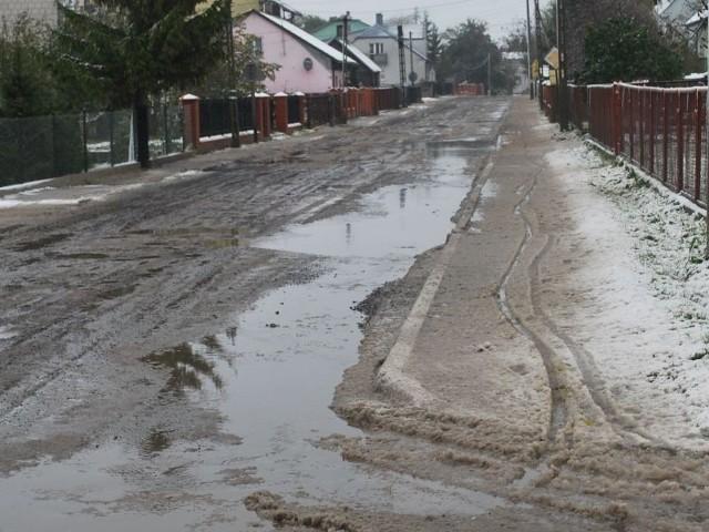 Główna ulica Rzekunia wciąż nie ma asfaltu. Jej mieszkańcy doczekają się go, kiedy zostaną wymienione stare przyłącza.