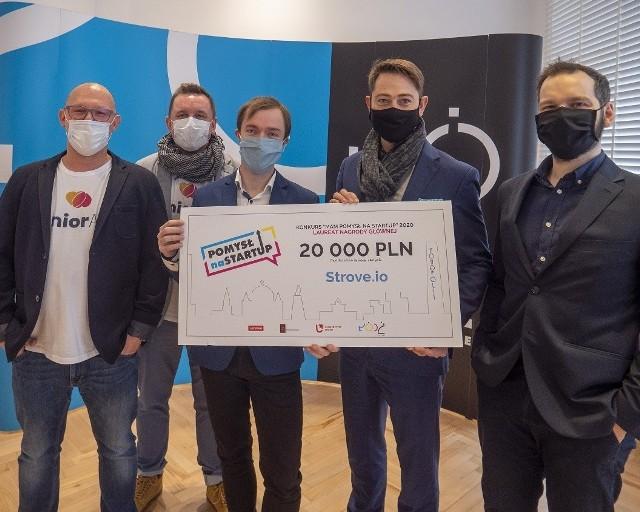 Laureaci nagrody Prezydenta Miasta Łodzi za projekt Strovo.io z wiceprezydentem Łodzi Adamem Pustelnikiem.