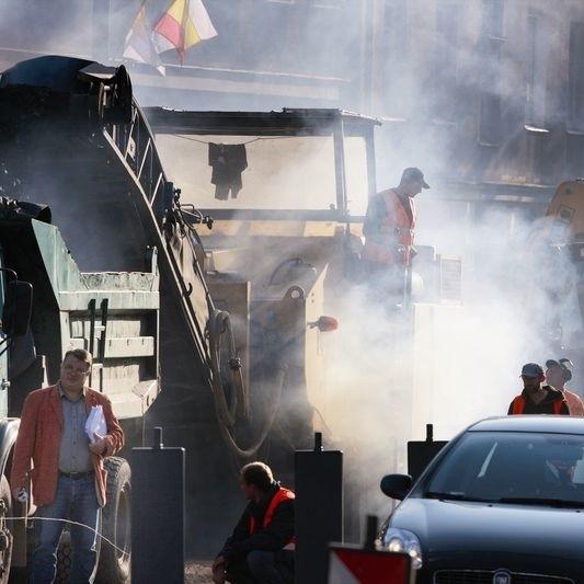 """Przez nieplanowane """"niespodzianki"""" drogowcy nie mogą jeszcze remontować ulicy"""