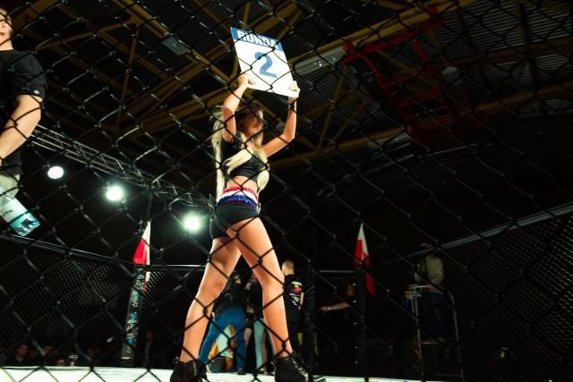 Oprócz efektownych walk na galach MMA, kibice podziwiają też piękne hostessy