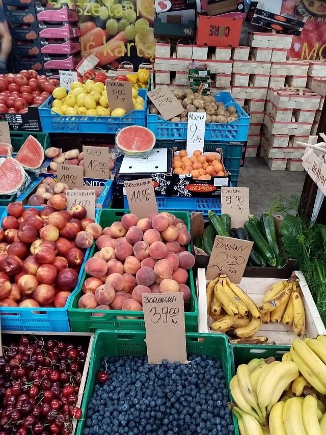 Na targowisku na placu Piastowskim nie brakuje świeżych wspaniałości. Niektóre owoce i warzywa właśnie osiągają swoje najniższe ceny. Zobaczcie ile teraz kosztują!