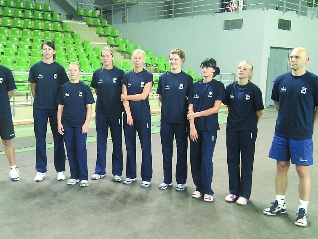 Trenerzy Rafał Gąsior (pierwszy z prawej) i Patryk Fogel mieli wczoraj do dyspozycji (od lewej):ę Szeluchinę, Martę Kuehn-Jarek, Natalię Ziemcową, Magdalenę Mazurek (dawniej Godos), Patrycję Polak, Ewelinę Krzywicką i Martę Biedziak.