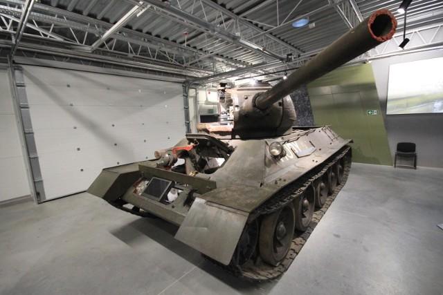 """""""Rudego 102"""" w produkcji zagrały cztery czołgi. Historia tego poznańskiego jest trochę niecodzienna. Z egzemplarzem, który wystąpił w serialu, związany jest bowiem m.in. ciekawy epizod drugowojenny. Przejdź dalej --->"""