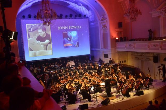Orkiestrą L'Autunno i Poznańskim Chórem Kameralnym podczas koncertu Varese Sarabande dyrygował Adam Banaszak
