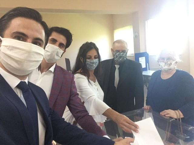 W siedzibie obwodowej komisji wyborczej w Bobinie koło Proszowic głos oddał poseł Norbert Kaczmarczyk z rodziną.