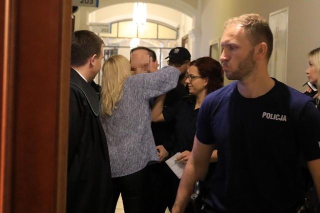 """Tomasz S. """"Sopel"""" jest głównym oskarżonym w sprawie handlu narkotykami w toruńskim Belwederze. W sprawie strzelaniny na Bydgoskim Przedmieściu doczekał się jednak złagodzenia wyroku przez Sąd Apelacyjny z Gdańsku: do 7 lat więzienia z orzeczonych w Toruniu lat 13."""