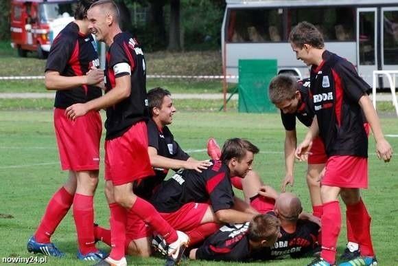 Jacek Klimek nie pierwszy raz w tym sezonie utonął w objęciach kolegów.