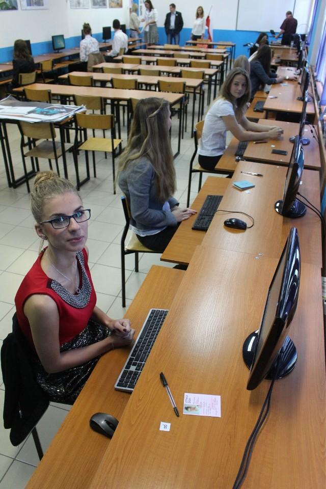 Dlaczego warto wybrać technikum? Jest to szkoła, która kończy się nie tylko maturą (jak liceum ogólnokształcące), ale także możliwością potwierdzenia swoich umiejętności w konkretnym zawodzie - jeśli uczeń zda państwowe egzaminy potwierdzające kwalifikacje w wybranym fachu. Taki sprawdzian, w zależności od zawodu, często odbywa się przed komputerem, albo na specjalnie przygotowanym stanowisku pracy.Absolwent technikum może wybrać się na studia, ale może iść również prosto do pracy: jako prawdziwy fachowiec - a tym określeniem trudno nazwać wychowanka LO...Zatem, jak wybrać technikum?