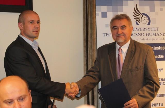 Zbigniew Łukasik (z prawej), rektor Uniwersytetu Technologiczno - Humanistycznego w Radomiu oraz prezes Rosasportu, Piotr Kardaś rozpoczęli współpracę