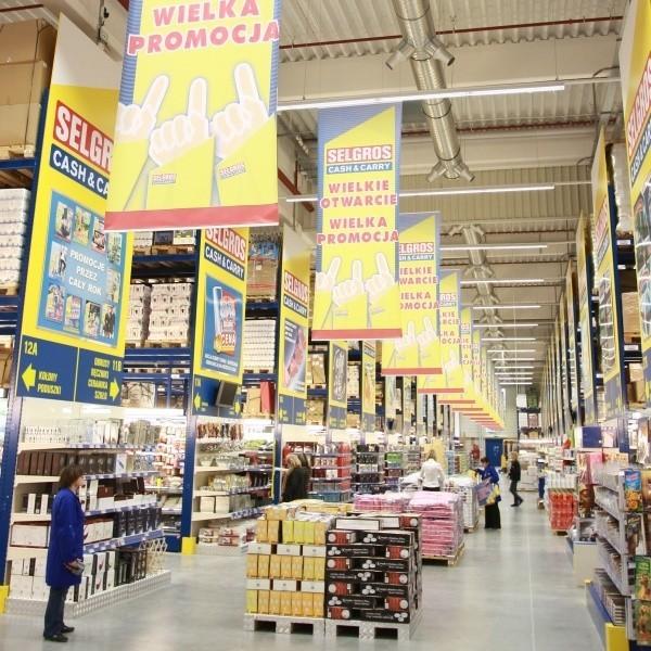 Handlowcy cały czas przygotowują sie do otwarcia sklepu. Pierwszych klientów zamierzają obsłużyć 4 grudnia o 6 rano.