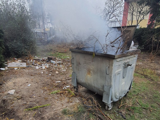 Na Szwederowie jeden z budowlańców spalał odpady poremontowe w kontenerze na śmieci.