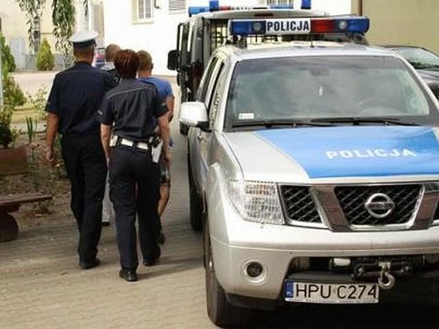 Policjanci zatrzymali mężczyznę, który miał przy sobie prawie 50 gram amfetaminy. Jego kompan kierował samochodem, choć nie ma prawa jazdy i w dodatku jest podejrzany o handel narkotykami.