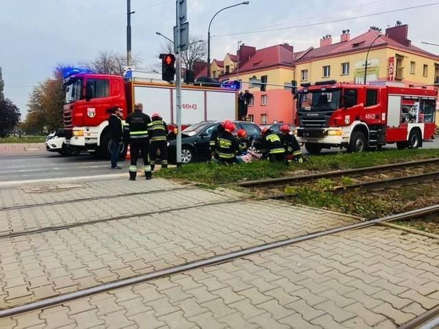 Wypadek w Dąbrowie Górniczej w rejonie skrzyżowania Piłsudskiego i Tysiąclecia. Audi uderzyło w tył Land Rovera