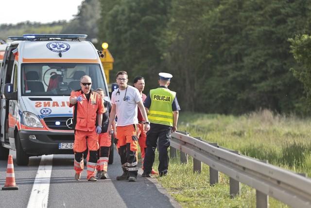 Piotr JędzuraDo tragicznego wypadku doszło w sobotę, 21 maja, na drodze S3 na wysokości dzielnicy Zawada w Zielonej Górze. Motocyklista zginął na miejscu.Jak wynika z pierwszych ustaleń, kilku motocyklistów jechało trasą S3 w kierunku Zielonej Góry. Przedostatni z nich w pewnym momencie wpadł w poślizg. Motocyklista upadł i zaczął ślizgać się po asfalcie razem z motocyklem. Po chwili z dużą prędkością wypadł z maszyny i mocno uderzył w barierę ochronną. Uderzenie okazało się śmiertelne.Policja ustala dane motocyklisty. Jechał motorem suzuki na nowosolskich tablicach rejestracyjnych. Na trasie S3 nie ma zbyt dużych utrudnień w ruchu.Przeczytaj też:  Ford wbił się w ciężarówkę w Zielonej Górze. Jedna osoba ranna [ZDJĘCIA]