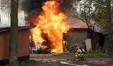 Wybuch i pożar w Nowej Dębie. Paliły się garaże, strażacy w akcji [ZDJĘCIA]