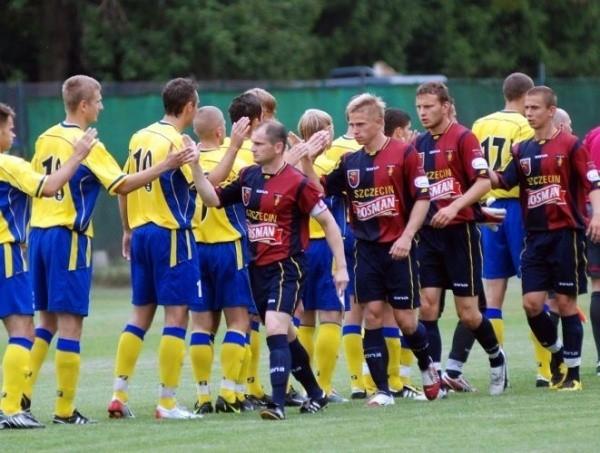 Piłkarze Victorii Koronowo (na niebiesko-żółto) dawnymi czasy gościli nawet Pogoń Szczecin. Teraz walczą o utrzymanie w III lidze.