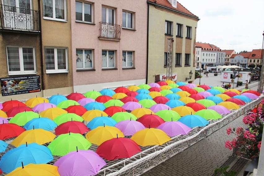 Nad częścią ul. Królowej Jadwigi zamontowano już parasolkową...