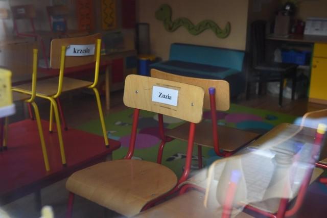 Od poniedziałku 19 kwietnia br. dzieci będą mogły wrócić do żlobków i przedszkoli. Minister zdrowia Adam Niedzielski właśnie ogłosił to podczas konferencji w środę, 14 kwietnia.Od poniedziałku 19 kwietnia br. dzieci będą mogły wrócić do żlobków i przedszkoli. Minister zdrowia Adam Niedzielski właśnie ogłosił to podczas konferencji w środę, 14 kwietnia.