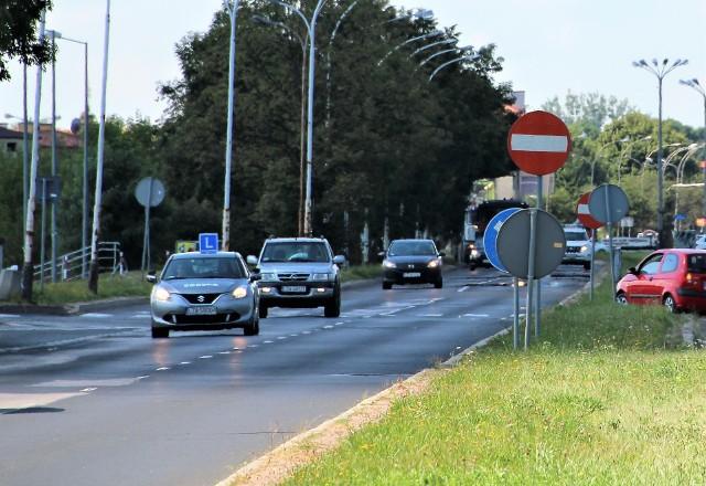 - Kontrolerzy mogą wsiąść do samochodu, gdzie prowadzona jest nauka jazdy i przyglądać się szkoleniu –  opowiada jeden z instruktorów.
