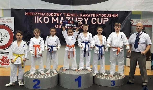 Znakomity występ zaliczyli młodzi zawodnicy Grudziądzkiego Klubu Karate Kyokushin w międzynarodowym turnieju w Ostródzie. Z prawej - trener Janusz Kalamarski