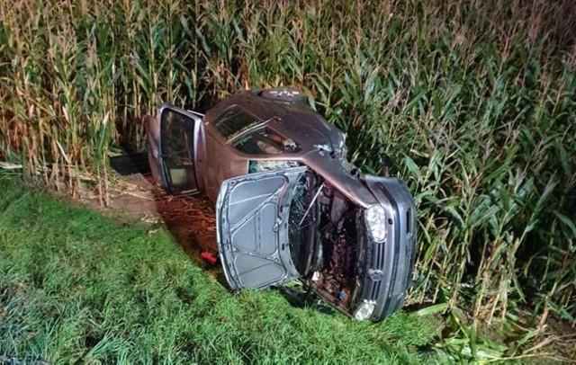 Do wypadku doszło około godziny 19. W Strzelcach (gmina Mogilno) zderzyły się dwa samochody osobowe. Jeden z nich dachował w polu